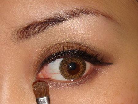 Trang điểm mắt khói với màu nâu vàng - 8