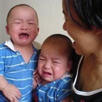 Con khóc khi đi nhà trẻ, làm sao đây?