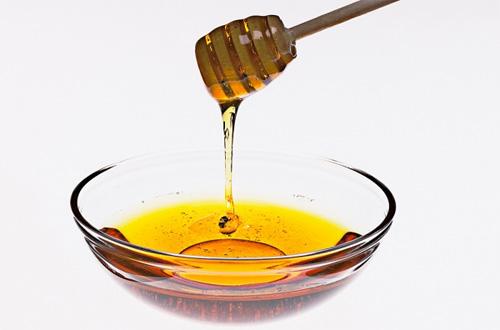 1300425817 mat ong1 Chín thức ăn tối kỵ sử dụng chung cùng với mật ong