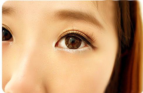 1300447804 trang diem mat to8 Bí quyết trang điểm mắt to tròn như nai tơ