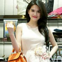 Ngọc Trinh diện váy siêu ngắn đi shopping