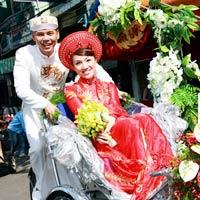 Phan Đinh Tùng đạp xích lô đón dâu
