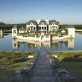 Nhà đẹp - Nguy nga biệt thự giữa hào nước xanh