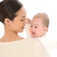 Gãi nhẹ môi chữa nấc cho trẻ