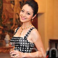 Jennifer Phạm tươi trẻ với đầm ca rô