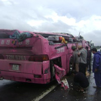 Xe khách lật xuống ruộng, 15 người thương vong