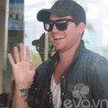 Làng sao - Adam Lambert tươi cười vẫy chào fan Việt