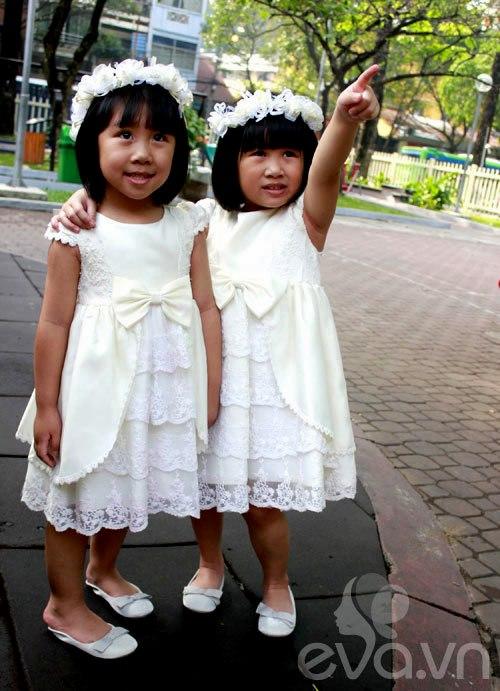 1357205002 sinhdoi19 Cặp đôi bé gái diện đầm đôi đẹp như thiên thần