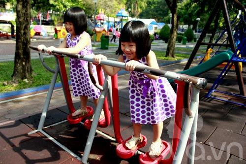 1357205002 sinhdoi24 Cặp đôi bé gái diện đầm đôi đẹp như thiên thần
