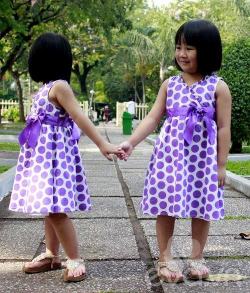 1357205002 sinhdoi31 Cặp đôi bé gái diện đầm đôi đẹp như thiên thần