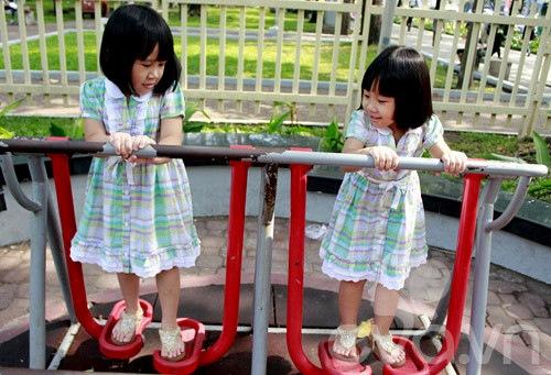1357205002 sinhdoi40 Cặp đôi bé gái diện đầm đôi đẹp như thiên thần