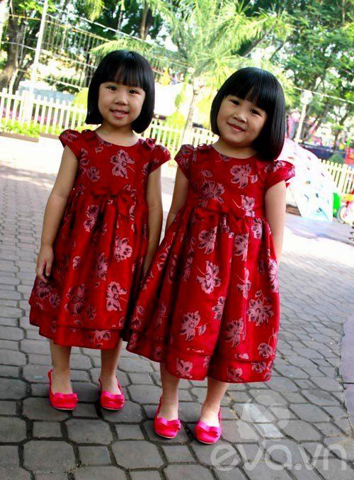 1357205002 sinhdoi6 Cặp đôi bé gái diện đầm đôi đẹp như thiên thần