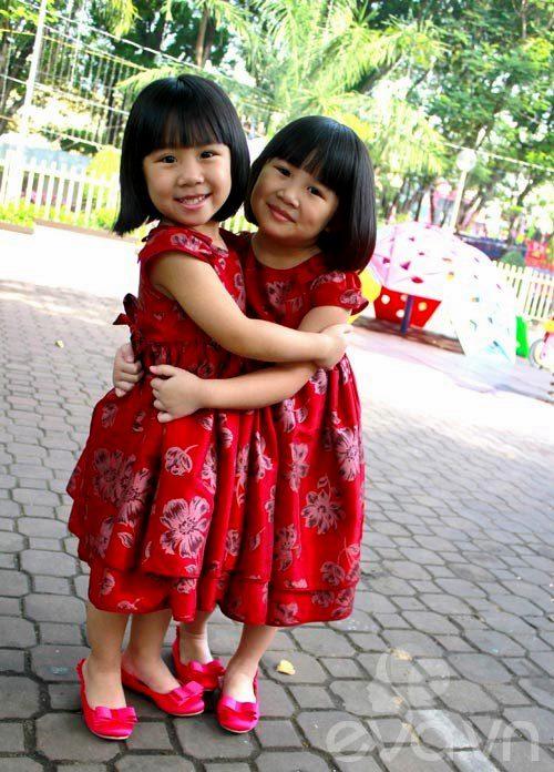 1357205002 sinhdoi8 Cặp đôi bé gái diện đầm đôi đẹp như thiên thần
