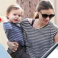 Làng sao - Nhóc Flynn tươi cười rạng rỡ bên mẹ