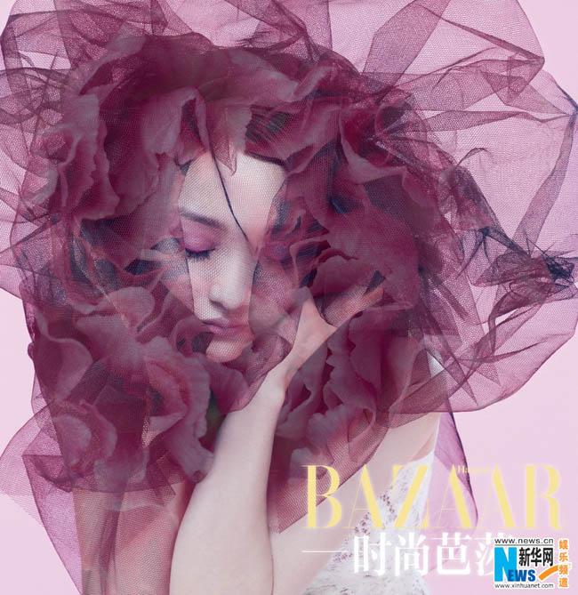 Tháng 2 - tháng của tình yêu, nên Châu Tấn ngập tràn trong sắc hồng lãng mạn, pha thêm một chút bí ẩn.