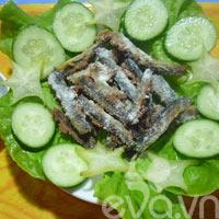 Cơm ngon với chạch đồng rang muối