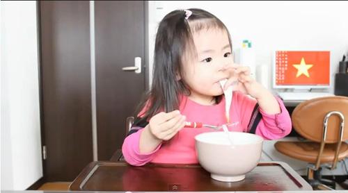 Bé 3 tuổi ăn uống 'cute' hớp hồn dân mạng-1