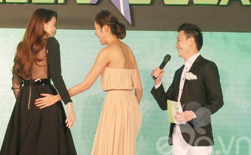 Hà Tăng trao giải mỹ nhân của năm cho Hà Hồ-5