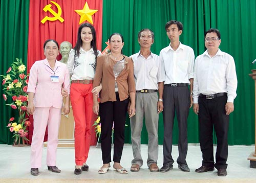 phan thi mo tang qua cho nguoi ngheo - 12