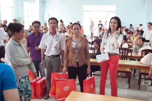 phan thi mo tang qua cho nguoi ngheo - 7