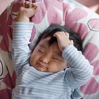 Bé ngủ hay giật mình vì thiếu vitamin D?