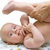 Massage chân cho bé theo hình rẻ quạt