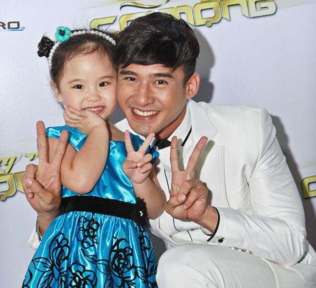Nhí nhảnh, nghịch ngợm và dễ thương... là những nét đặc biệt ấn tượng về bé Whitney Huỳnh - con gái của vợ chồng nghệ sĩ hài Kiều Oanh và Lê Huỳnh.