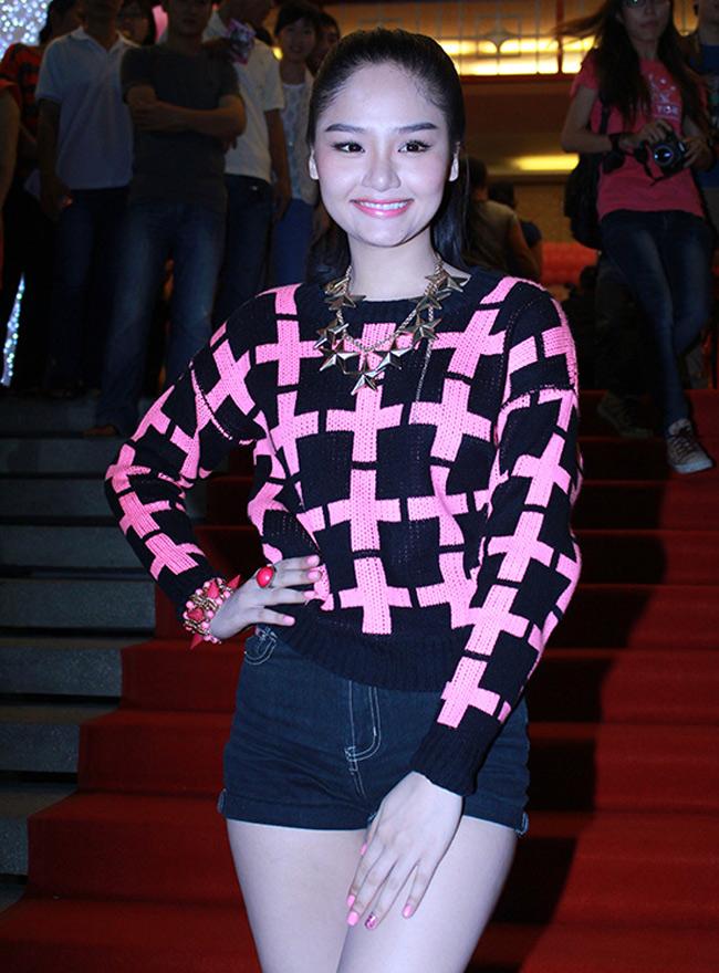 Xuất hiện trong một buổi công chiếu phim mới đây, Miu Lê nổi bật với gương mặt rạng rỡ nhờ tông trang điểm hồng ngọt ngào.