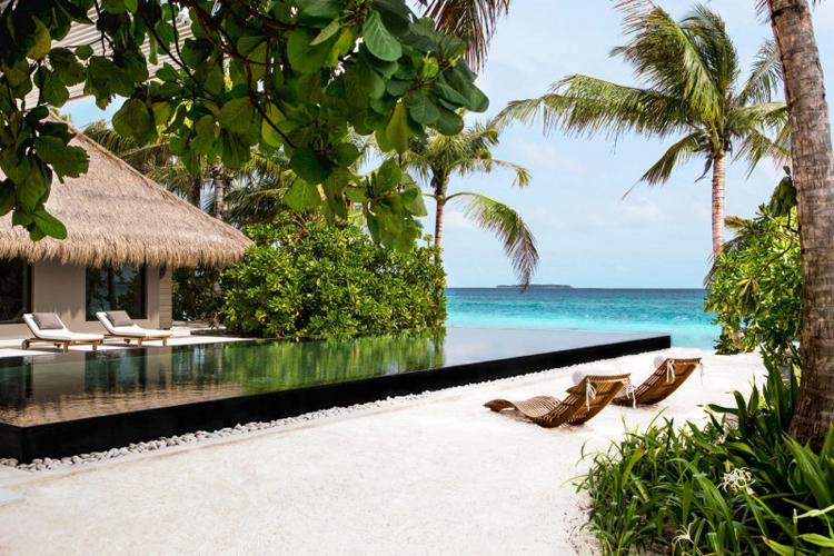 Nhất là khi nhà vừa có bể bơi lại hướng ngay ra biển như thế này quả là thiên đường với tôi.