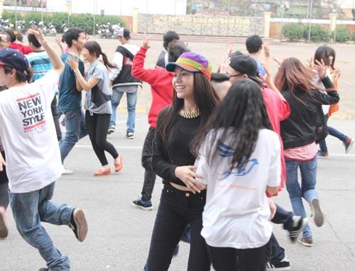 tra ngoc hang nhay flashmob cung gioi tre - 10