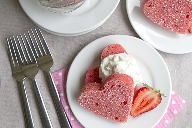 Có rất nhiều chiếc bánh được làm để dành riêng cho ngày lễ Valentine - ngày lễ dành cho những đôi lứa yêu nhau.