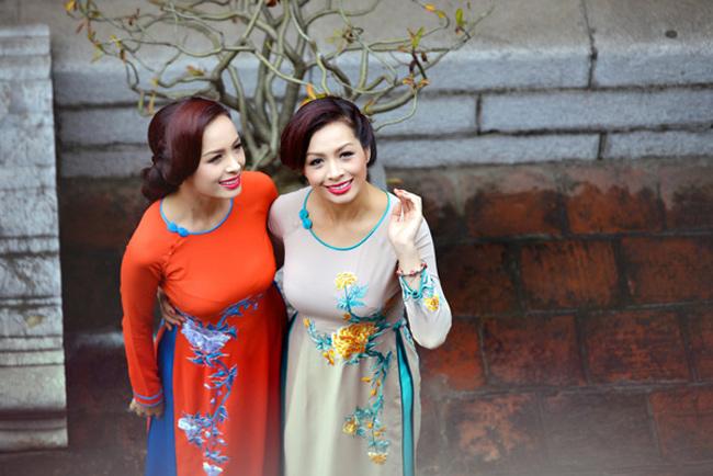 Ngày đầu xuân, hai chị em cựu mẫu không bỏ lỡ dịp khoe nhan sắc mặn mà. Đã 20 năm hoạt động nghệ thuật nhưng hiện tại Thúy Hằng Thúy Hạnh vẫn là những người đẹp nổi tiếng tài sắc của Vbiz.
