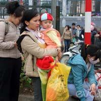 Tin tức - Trẻ em vất vả lên Thành phố sau nghỉ Tết