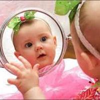 Có nên cho bé sơ sinh soi gương?