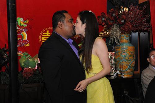Dũng Taylor hôn Thu Phương trước mặt bố mẹ - 1