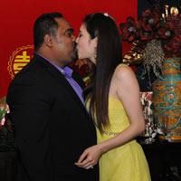 Dũng Taylor hôn Thu Phương trước mặt bố mẹ