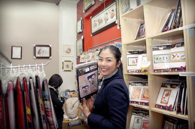 Tranh chữ thập đã đến Việt Nam từ năm 2005, nhưng những năm gần đây phong trào mua tranh chữ thập về thêu mới thật sự nở rộ. Các chị em ngày càng trở nên thích thú hơn với việc ngồi thêu nên những bức tranh thật đẹp, một cách dễ dàng để treo trong nhà mình hay đem tặng bạn bè.