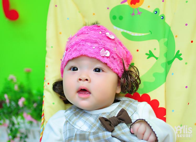 Cô bé xinh xắn, baby trong hình có tên thật dễ thương là Bảo Trân, ở nhà mọi người thường gọi là bé Fish đó.