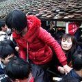 Phụ nữ giẫm đạp lên nhau mua ấn đền Trần