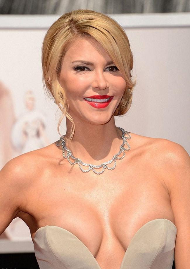 Brandi Glanville sở hữu chiếc váy hở hang nhất thảm đỏ Oscar, cô gần như khoe trọn bộ ngực.