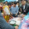 Mua sắm - Giá cả - Chen nhau mua thịt trâu chọi 3 triệu đồng/kg