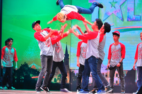 "got talent: cu ba 74 tuoi ""doi dau"" co be 14 - 3"