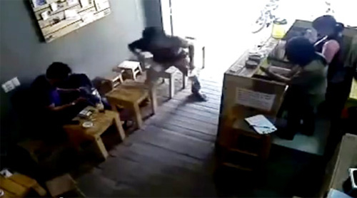 vu cuop ipad trong quan cafe qua loi ke nan nhan - 1