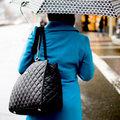Sức khỏe - 5 thói quen dùng túi xách có hại cho sức khoẻ