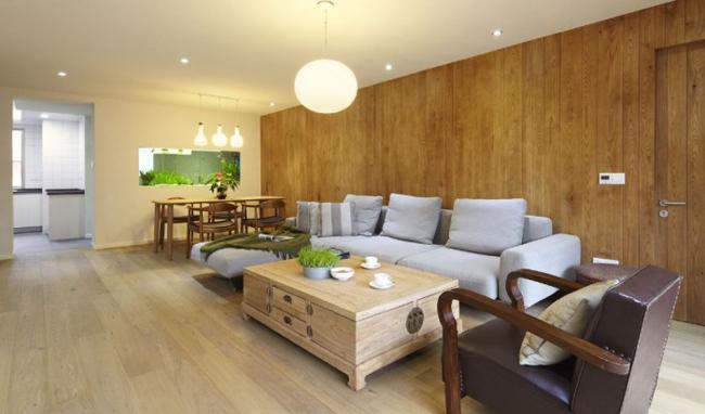 Căn hộ này tiêu biểu cho phong cách trang trí đơn giản nhưng hiệu quả, kết hợp được cả sự mộc mạc và sự tiện nghi vào chung một không gian. Ngay từ phòng khách ta đã có thể cảm nhận được sự gần gũi, ấm cúng toát ra từ những nội thất gỗ, sàn gỗ, tường ốp gỗ...