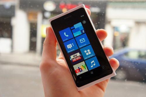 5 smartphone man hinh duoi 4 inch dang mua - 4