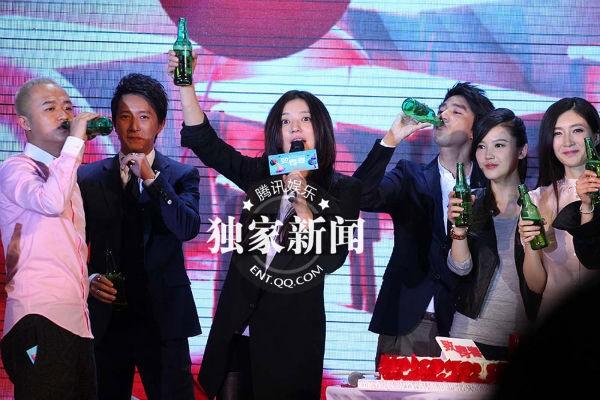 Paparazzi cảnh Triệu Vy đi sinh nhật cùng bạn bè-1