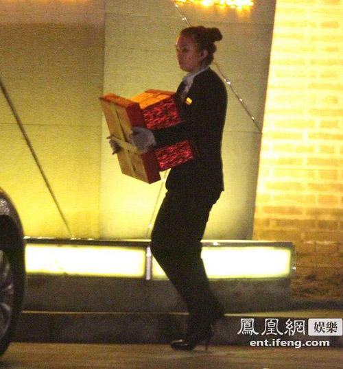 Paparazzi cảnh Triệu Vy đi sinh nhật cùng bạn bè-6