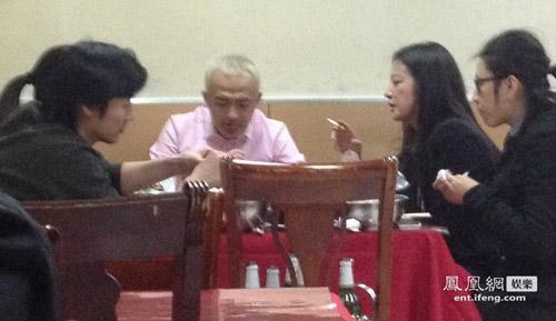Paparazzi cảnh Triệu Vy đi sinh nhật cùng bạn bè-4