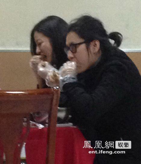 Paparazzi cảnh Triệu Vy đi sinh nhật cùng bạn bè-3